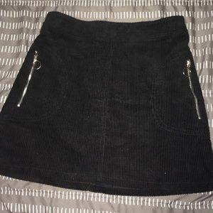 Corduroy black skirt with pockets.
